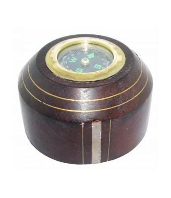 Kompas z drewnianą podstawką